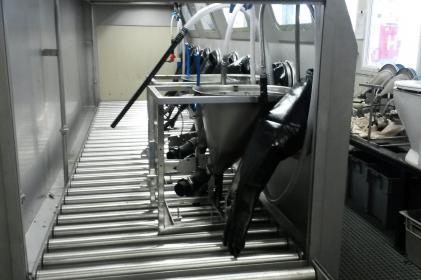 Machine de nettoyage pour le nettoyage de toilettes de trains