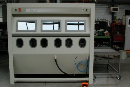 Pressure blasting cabinet for the blasting of railway shock absorbers