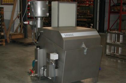 Machine à laver par aspersion pour le nettoyage de pièces de moteur ferroviaires