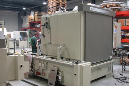 Machine à laver par aspersion pour le nettoyage des tampons ferroviaires.