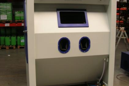 Injection blast cabinet for the blasting of electric railway motors