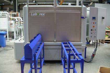 Industrial parts cleaning machine for the cleaning of train/metro batteries