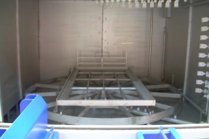 Machine à laver par aspersion pour le nettoyage de batteries ferroviaires