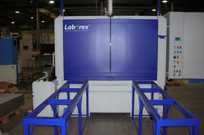 Industrial parts cleaning machine for the cleaning of train/metro wheel components