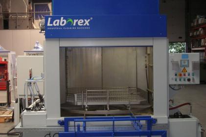 Machine de nettoyage rotative pour le nettoyage de systèmes de freinage ferroviaires