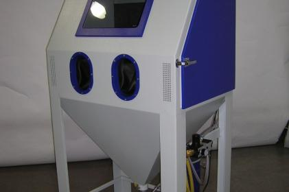 Injection blast cabinet for the blasting of railway brake parts