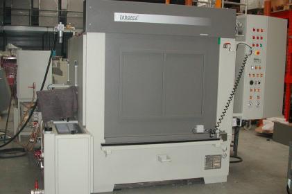 Machine à laver par aspersion pour le nettoyage de freins et le nettoyage de compresseurs ferroviaires