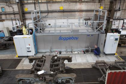 Bogie cleaning transit system for the cleaning of train/metro bogies